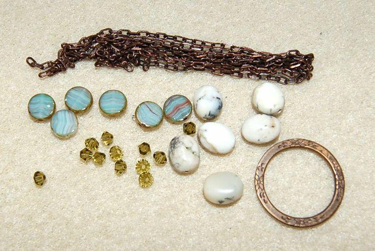 """Smyckesats med både Opal halvädelstenar, Swarovski och fina glaspärlor, samt mässing kedja och """"Eternity"""" mässing ring. Gör armband eller halsband. I bild nr två har vi gjort ett halsband och vi tog även med ett hjärta av glas(obs - följer inte med) också. Se bild nr 1 så ser du var som finns i paketet."""