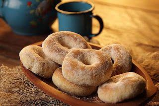 Biscoito de Amendoim , da Carmem, que mora em São Brás do Suaçui e todo sábado está em Congonhas com seus balaios de quitanda.   1 kg de farinha de trigo 250g de açúcar cristal 3 ovos 250g de amendoim torado e moído 150 g de manteiga 1/2 litro de leite canela  para a calda: 1/2 kg de açúcar cristal para a calda + 1 kg de açúcar refinado e canela