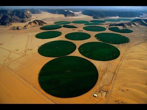 Quiz voor moderne irrigatiemethode:  http://www.purposegames.com/game/mode... Cirkelirrigatie is een manier van irrigeren waarbij een constructie op wielen rond een centraal aanvoerpunt roteert. Omdat de constructie om dit centrale punt roteert heeft het geïrrigeerde stuk land van bovenaf gezien een cirkelvorm. Deze vorm van irrigatie is gemeengoed op de prairies en landbouwgronden in Noord-Amerika en in woestijngebieden in het Midden-Oosten. De constructie bestaat uit een gegalvaniseerde of…
