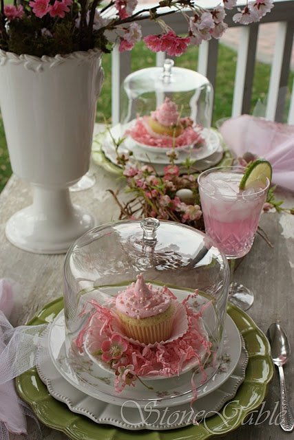 What a pretty way to present a cucake....another Stonegable perfect table