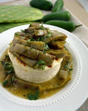 Queso panela o queso canasta a la parrilla estilo mexicano. Se sirve con salsa verde, nopales a la parrilla y cilantro. Una deliciosa botana mexicana.