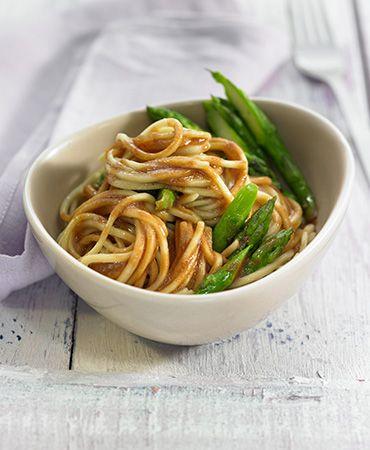 Noodles con salsa de miso y esparragos trigueros