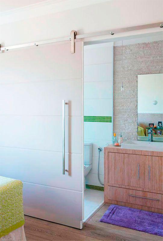 O espaço em que fica a bancada foi planejado para receber um minicloset, mas a arquiteta Josanda Ferreira rejeitou a ideia e estendeu o piso...                                                                                                                                                                                 Mais