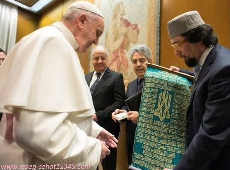 BERITA HARI INI YANG MENGHEBOHKAN DUNIA..!!! Paus Yohanes II , Atau Yang Akrab Dipanggil Sri Paus,Pimpinan Umat Katholik Sedunia Masuk ISLAM,Sekitar Jam 10 Tadi Pagi Dimasjidil Harham..TOLONG DI SHARE !!!!