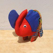 Impression éléphant empaillé Ankara est si dynamique et belle en rouge dashiki impression. Grand comme un jouet ou un décor sur un plateau de table ou livre. Mesure environ 6,5 pouces de large par 6 pouces de haut.