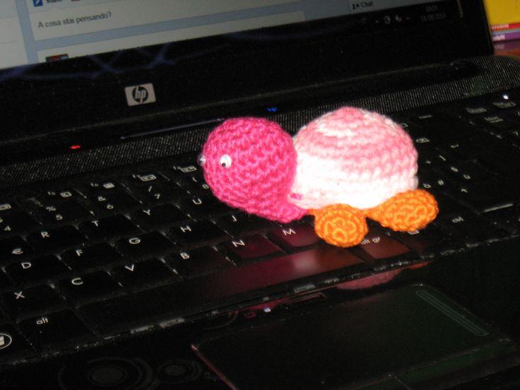 piccola tartarughina amigurumi a lavoro....www.aleyahamigurumi.altervista.org