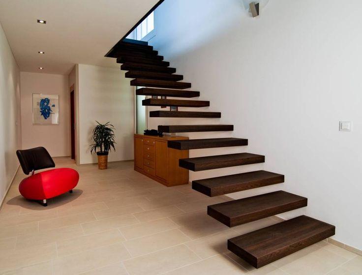 Escalier avec marches en consoles en bois sans garde-corps  Article réalisé sur : https://www.homify.fr/livres_idees/318902/comment-donner-du-caractere-a-votre-entree