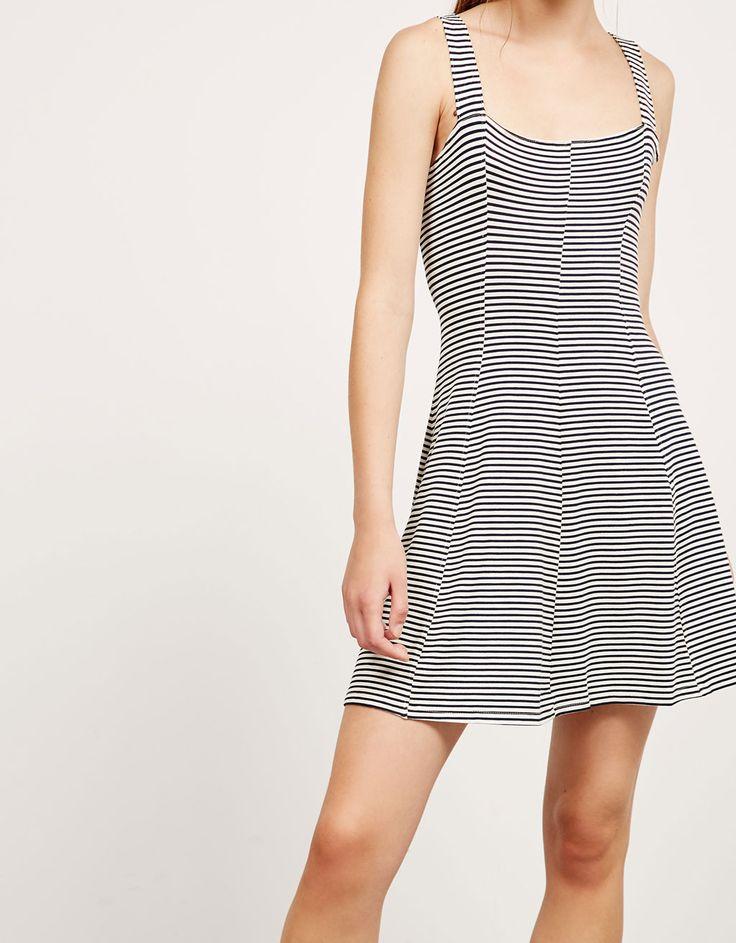 Vestido estampado espalda abierta. Descubre ésta y muchas otras prendas en Bershka con nuevos productos cada semana