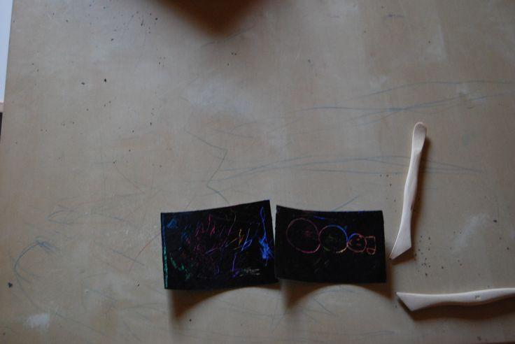 Odkrývací reserváž  Celou plochu čtvrtky děti pomalují voskovkami, malovat mohou i přes sebe, ideální je použití vícero barev. Čtvrtku pak několikrát přemalují černou tuší. Po jejím zaschnutí vyryjí pomocí rycích nástrojů obrázek. Moment překvapení odkrytí barev pod černou vrstvou bude děti určitě bavit.