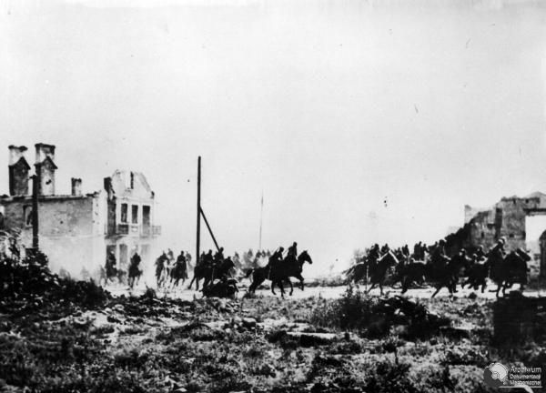 Carga de la caballería polaca a los tanques alemanes.