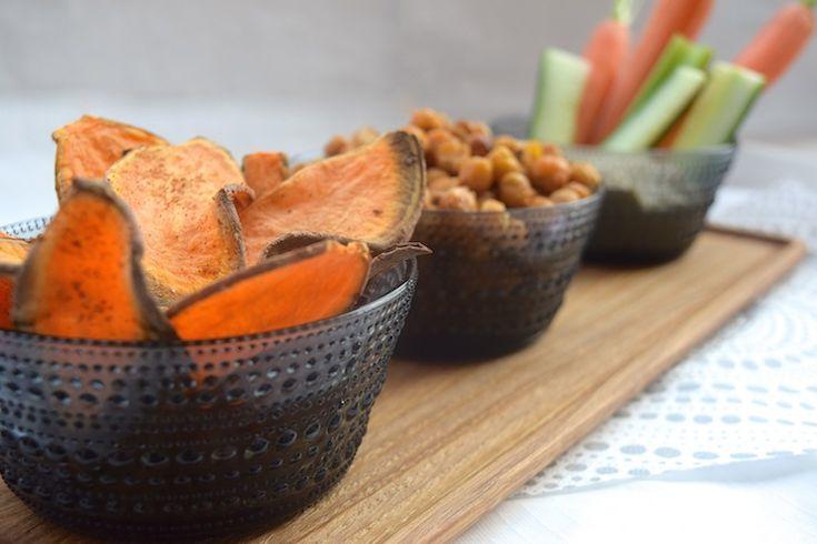 3x skinny borrelsnack, home made zoete aardappelchips met chili, komijn-kikkererwten en rauwe groenten met hummus. #healthy #snack
