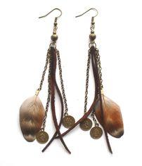 Earrings with feathers and suede. Örhängen med fjädrar från http://ladyofthelake.se
