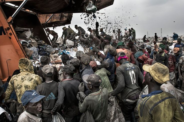Η χωματερή της Οτζάτα έχει έκταση περίπου 45 εκτάρια . Εδώ περίπου 5.000 ρακοσυλλέκτες εργάζονται μέρα και νύχτα διαχωρίζοντας τα απορρίμματα που φτάνουν από το λάγος με φορτηγά. Αυτά που διαχωρίζουν πωλούνται για ανακύκλωση.©️Kadir Van Lohuizen