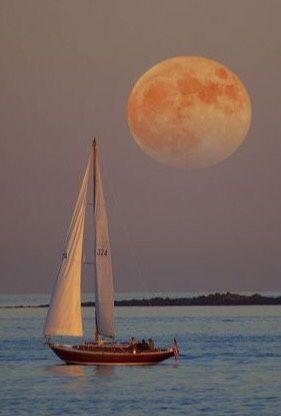 velero con luna llena