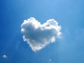 真っ青な空に、白いハート型の雲。 こんな日は、一日ハッピーに過ごせますね。