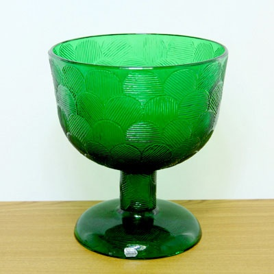 Arabia Miranda by Heikki Orvola, big bowl. These come in a variety of colours: green, clear, brown, turquoise... I think the pieces are intended for dessert. I have several different pieces at home.