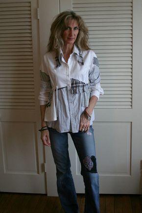 Respirar otra vez reciclar camiseta Ropa de caballero camisa / camisa Lagenlook / reciclado de camiseta Esta es una de mi respirar otra vez reciclar camisas. A pesar de que se trata de una de mis piezas más populares, cada una es única y completamente único. Blusa elegante bohemio, andrajosa, mal creada con trozos de camisas de caballero, encaje antiguo, retazos de seda vintage y otros materiales encontrados encantador. Fácil ajuste y versátil. Perfecto sobre polainas, o tus jeans f...