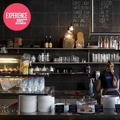 Aarhus' måske hyggeligste café! I cafeen kan man slappe af i store fletsofaer mens man nyder økologisk og bæredygtig mad og drikke. Efter cafébesøget kan man passende kigge Søstrene Grene igennem for alle deres finurligheder og skatte.  #EXIWDK Anbefalet af Anne Bunch-Poulsen, projektassistent hos Seismonaut