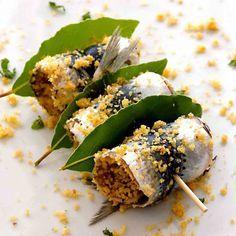 sarde a beccafico alla palermitana ricetta siciliana originale piatto pronto involtini spiedini antipasto secondo piatto sicilia foglie alloro pangrattato