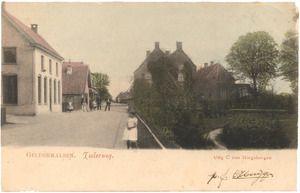 Een prentbriefkaart van de Tielerweg in Geldermalsen met op de voorgrond een meisje dat graag voor de fotograaf poseert. Rechts een tuin van een huis dat stond op de hoek met de Rijksstraatweg Datering: [1903]