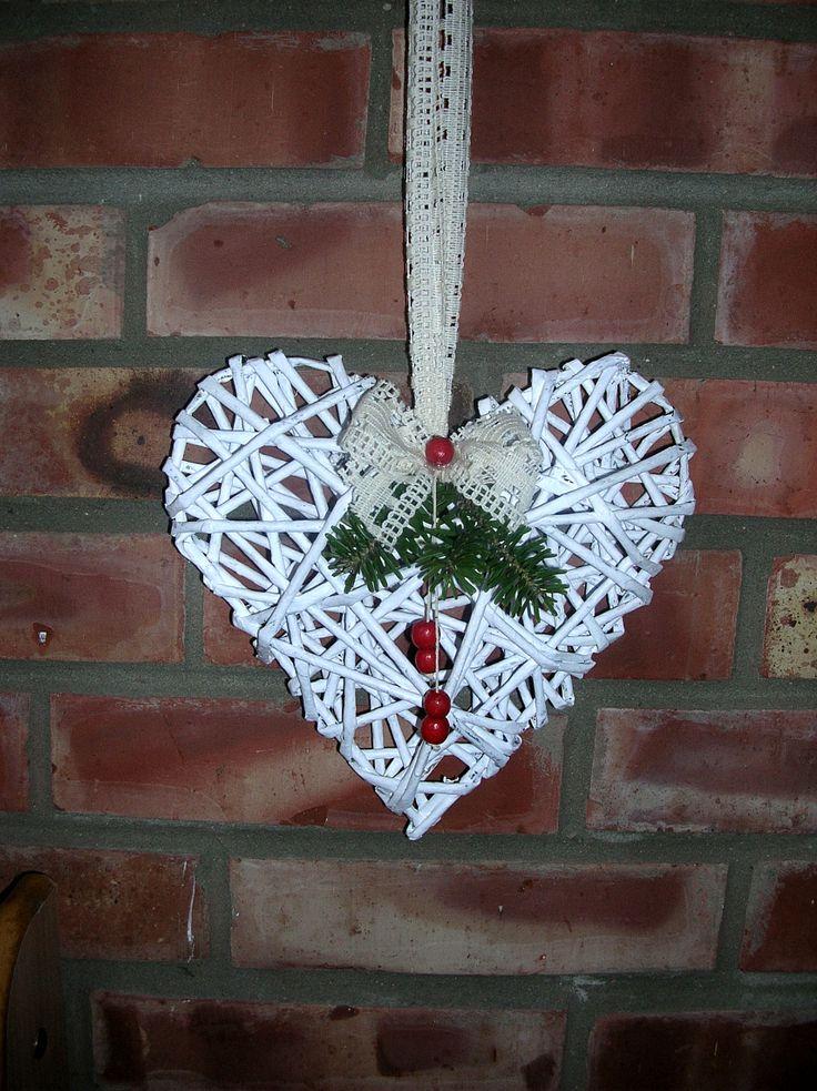 christmas heart made of paper wicker  http://handmadeowo.blogspot.com/2013/12/stroik-swiateczny-wiklinowe-serce.html
