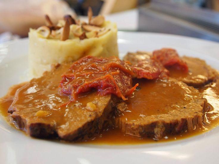 Kuzu rosto pilavın yanına yakışan en güzel rosto tariflerinden biridir. Kuzunun lezzetli eti ile birleştirilen lezzet sadece havuç ve soğandır. Pişmiş havuç tüketmeyen kişiler havuç eklemeden de tarifi uygulayabilmektedir.