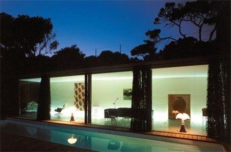 Image d'une habitation comportant toute une façade vitrée, elle est réalisée par Rudy Riciotti
