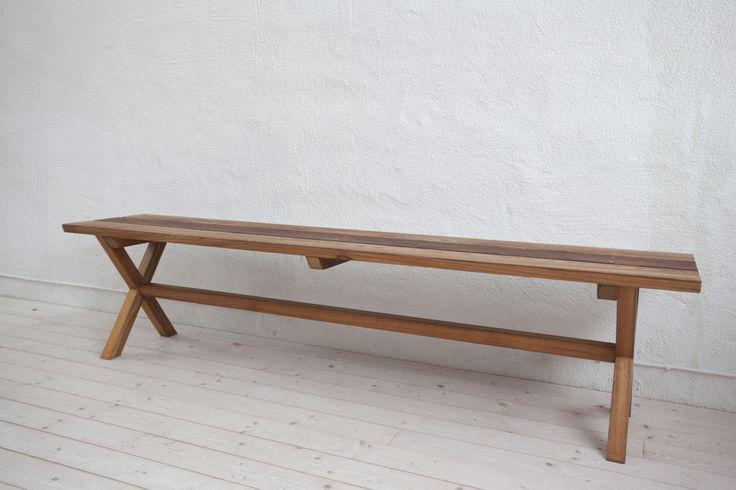 Handgjord träbänk för inomhus eller utomhusbruk i FSC märkt Frejio.