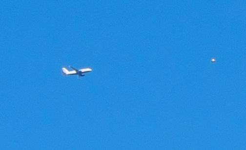 Fotógrafo capta un #ovni junto a un avión en Londres - https://infouno.cl/fotografo-capta-un-ovni-junto-a-un-avion-en-londres/