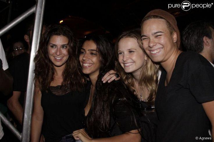 (Philippe Lima) Maria Gadú é queridinha entre atrizes globais. Na imagem, posa com Fernanda Paes Leme e Fernanda Rodrigues no Vivo Open Air, em outubro de 2012