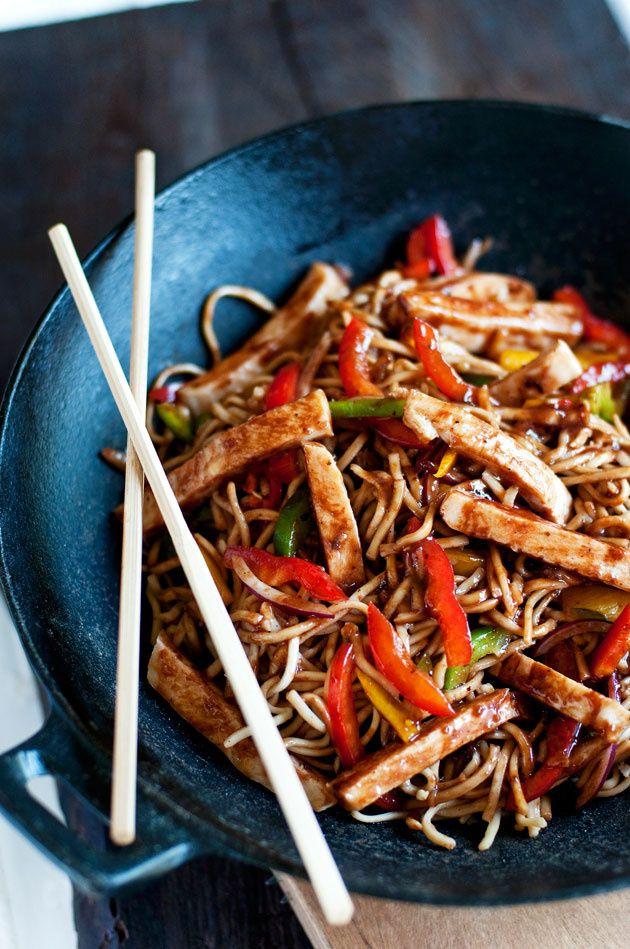 Chow mein. La versión cantonesa incluye crujientes fideos de huevo fritos, pimiento verde, vainas de guisantes, col china, bambú, castañas de agua, gambas y tres tipos de carne: char siu (cerdo), pollo y ternera. Se acompaña de una salsa espesa.