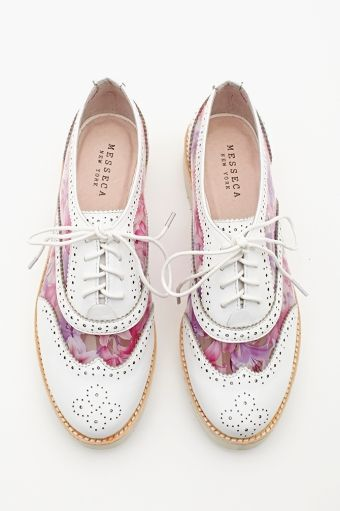 Sapato feminino oxford branco com detalhes coloridos. Super estiloso!