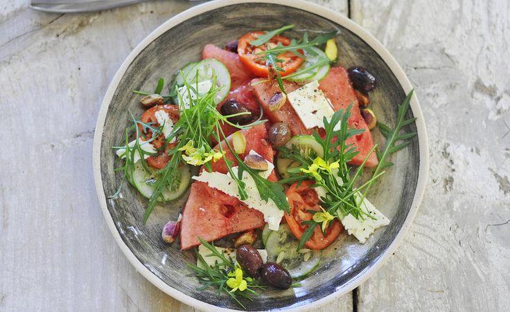 Salate gehören zu einem schönen Sommerabend mit Freunden einfach dazu. Mein Schöner Garten hat ein tolles und leckeres Rezept für euch: Rucola-Salat mit Wassermelone - durchklicken und reinschauen. Guter Appetit!