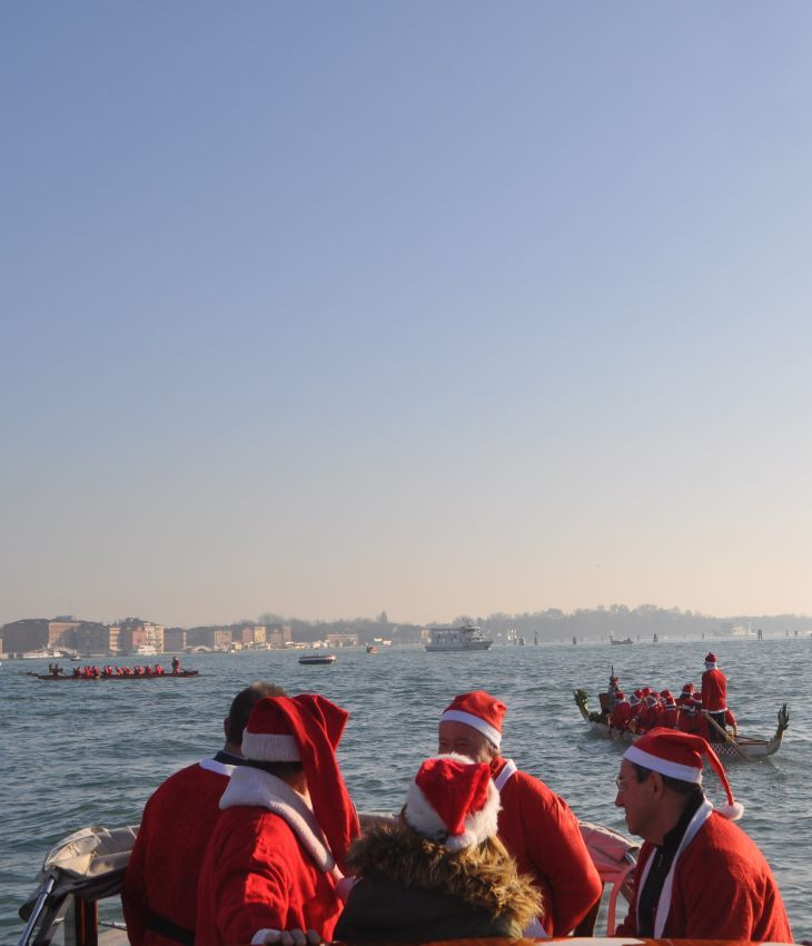 Sun is shining today in #Venice and every Santa Claus is happy