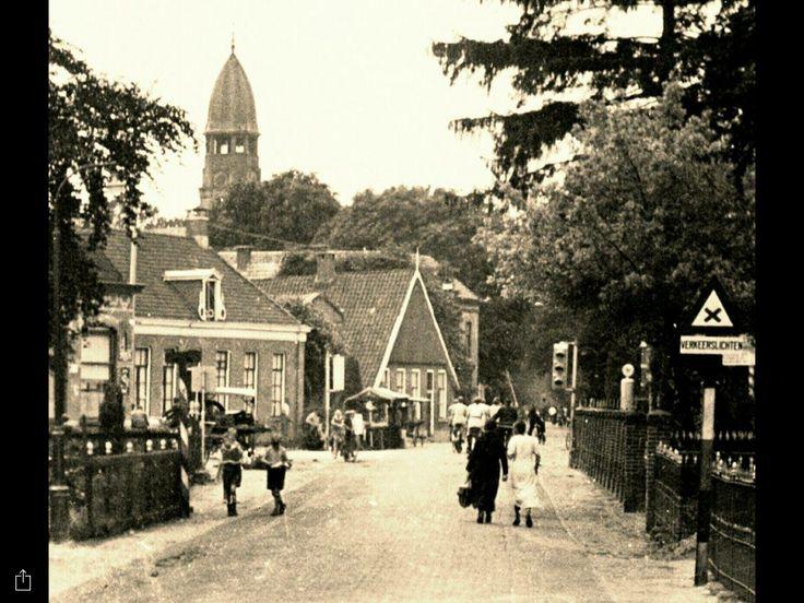 Dit is een foto van het Midden op een Marktdag met kraampjes Vriezenveen. Twente. Overijssel. Nederland.