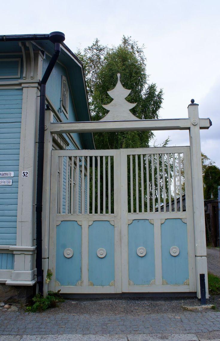 Marjon matkassa : Lumoava Vanha Rauma  -----Monien talojen välissä olevat komeat portit olivat kiinni joten vain muutamalle pihalle pääsimme kurkistamaan. Kauniita pihapiirejä, kukkaistutuksia, puutarhakeinuja, omenapuita, marjapensaita - varsinaisia kesäkeitaita tuolla porttien takana kyllä oli.