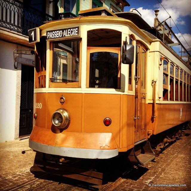 Le centre-ville se trouve sur les rives du Douro, mais il est toutefois facile de se rendre à son embouchure, en bord de mer. Le moyen le plus sympathique est de prendre le tram n°1, un des anciens tramways de Porto. Ambiance vintage garantie!  Tram 1-Porto  Le tram 1 passe toutes les 30 minutes et relie l'arrêt Infante (en face de l'église San Francisco, à deux pas du quai de Ribeira) au Passeio Allegre, à 10 minutes à pied de l'océan. Le trajet pre