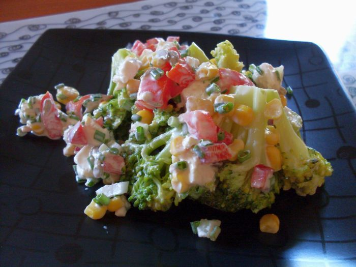 Excellent and crispy salad with broccoli