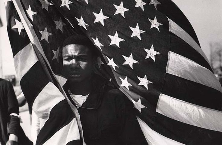 PH - James Karales - Lewis Marshall Carrying U.S. flag. The Selma Montgomery march, 1965. l'oeil