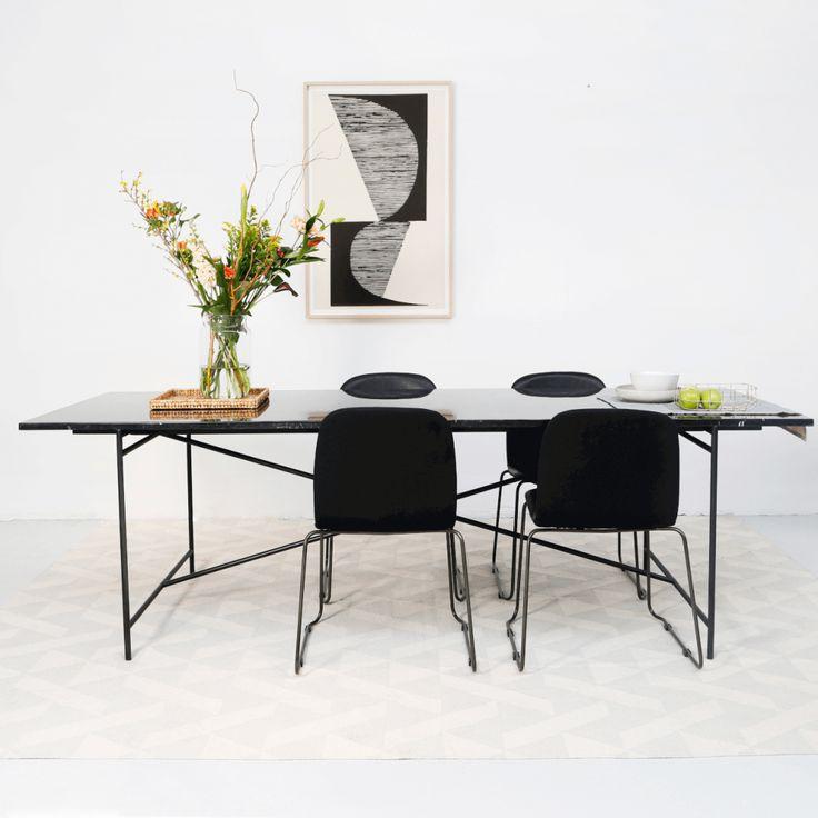 De Martin eettafel is tijdloos en past in ieder interieur.Het marmeren tafelblad past perfect bij het metalen onderstel. Marmer is vandaag de dag niet meer weg te denken en is mooi in combinatie met hout en leer. Deze zwart marmerentafel is verkrijgbaar metzwarteof witte poot.