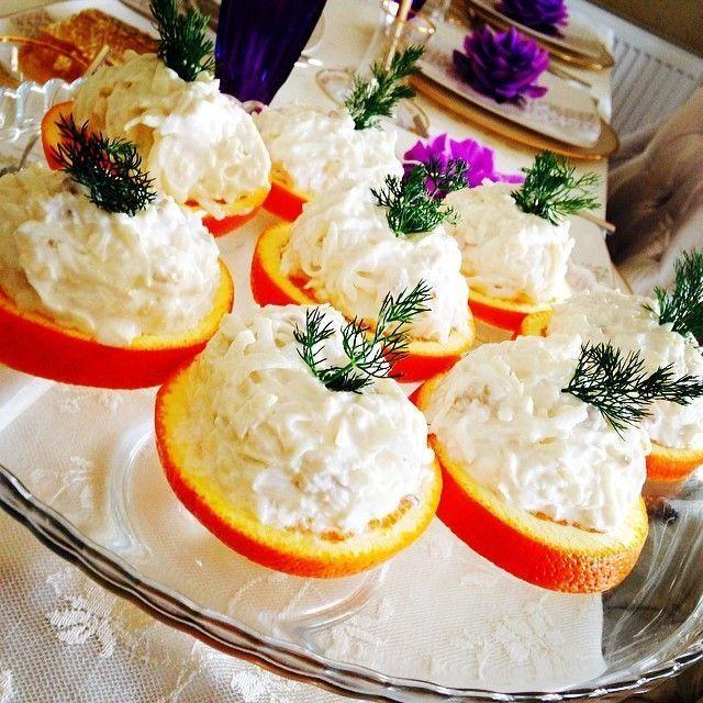 Kerevizin faydaları saymakla bitmiyor, özellikle de çiğ tüketildiğinde. Karşınızda vitamin deposu, hem göze hem de damak tadına hitap eden portakal diliminde kereviz salatası.