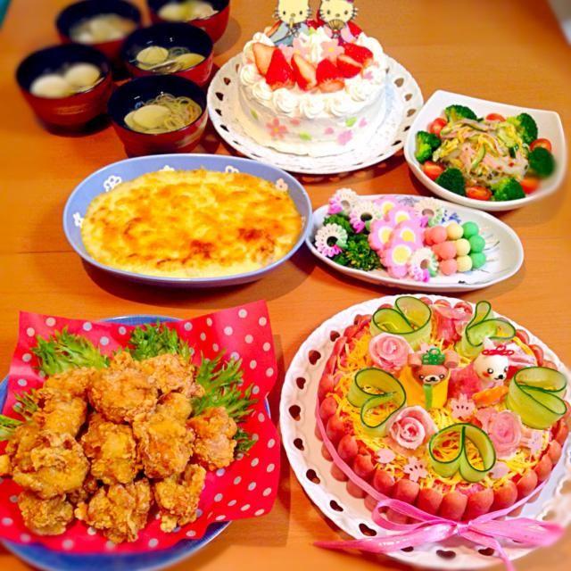3月3日 ひな祭り&結婚記念日♡ 1日遅れで、お祝いをしました(❁´◡`❁)*✲゚* *ケーキ風ちらし寿司(真似っこさせてもらいました) *唐揚げ *カニクリーム ポテトグラタン *3色団子(マッシュポテト) 菜の花や蒲鉾など… *春雨サラダ *はまぐりのお吸い物 *手作りケーキ キャラチョコは、キティちゃんのお雛様にしました♡ - 55件のもぐもぐ - ひな祭り&結婚記念日♡ by misaloveflower