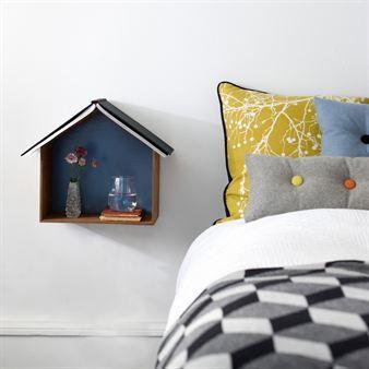 I hyllan Studio kan du förvara din väckarklocka, en bok, ett vattenglas - ja vad du vill. Du kan också lägga din bok på toppen så vet du vart du ska börja läsa nästa gång. Perfekt som nattduksbord. Finns i fem storlekar.