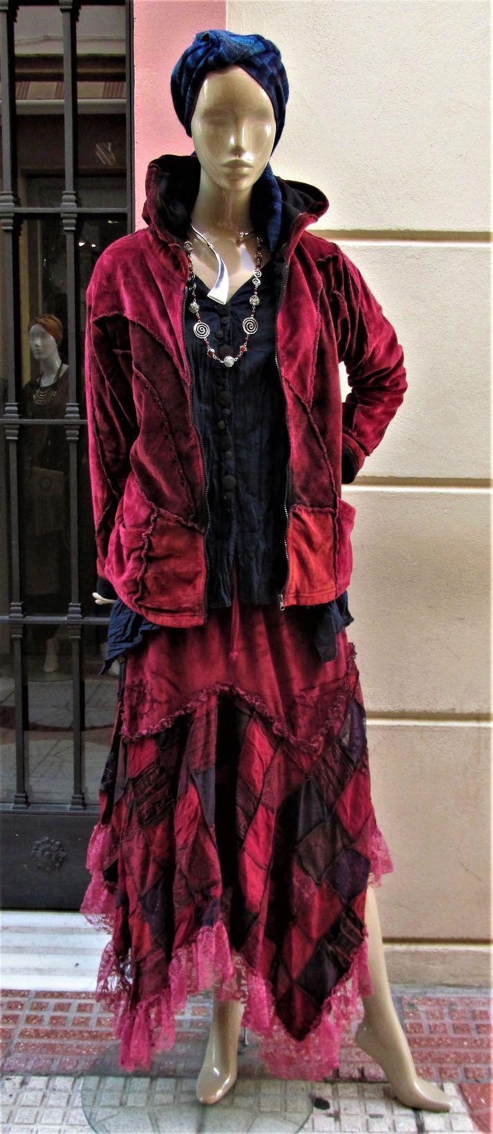 Chaqueta de Terciopelo PatchWork con Forro Polar Falda de Terciopelo con Encaje y Patch Sofisticación, Seducción y Glamour #moda #coleccion #otoño #coachella#coachellaoutfit#invierno #bohemian #styles #estilo #bohemio #bohostyles #fashionstyle #bohochic #glamour #boho #outfits #outfitideas #moda #estilo #modamujer #modafemenina #online #onlineshop www.modabagus.com