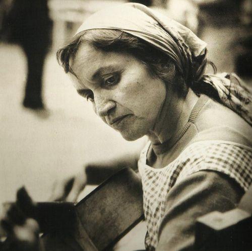 Violeta Parra : «Gracias a la vida que me ha dado tanto me dio dos luceros que cuando los abro perfecto distingo lo negro del blanco y en el alto cielo su fondo estrellado y en las multitudes el hombre que yo amo.»