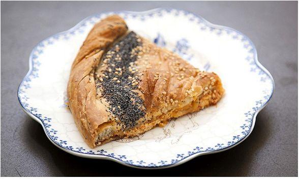 Αγαπάμε τις αυθεντικές, χειροποίητες, μαμαδίστικες πίτες που είναι φτιαγμένες με αγνά υλικά, γνώση και μεράκι. Και χαιρόμαστε που βλέπουμε στην πόλη