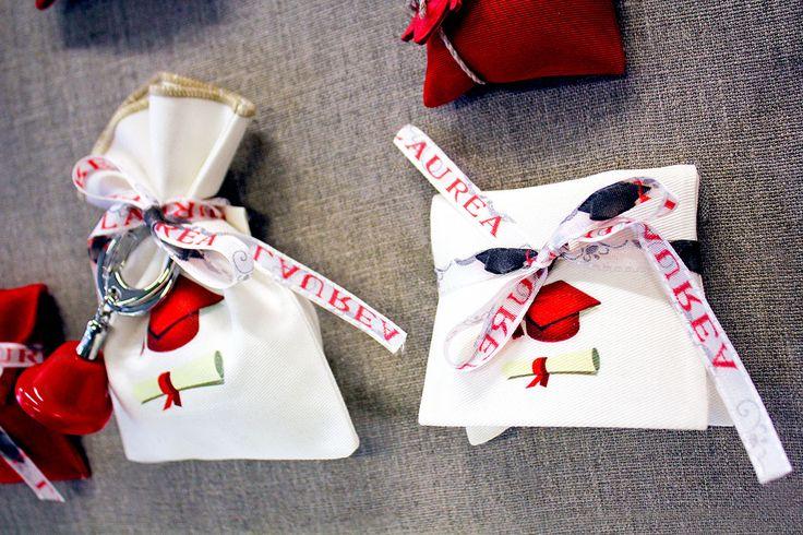 Sacchettino e bustina per #bomboniere di #Laurea con nastro e ciondolo.