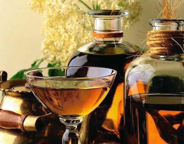 Nalewki ziołowe to po prostu alkoholowy wyciąg, który zatrzymuje w sobie leczniczą moc ziół, z których został zrobiony. Już Arystot...