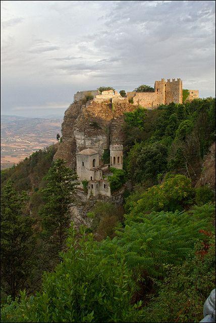 Castello di Erice, Trapani, Sicilia. 38°02′15″N 12°35′15″E