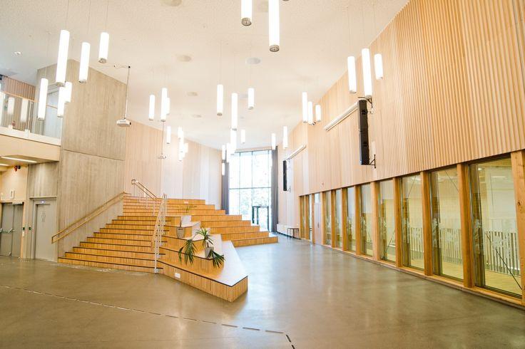 Entreprenør: Skanska Norge AS Byggherre: Bergen Kommune Arkitekt: Asplan Viak /Interiørarkitekt: Box interiør design Woodify har levert Brannpanel INT, INT Spiler & Brannpanel X-Finér til nye til innvendig vegger ved Søreide Skolei Bergen. Skolebygget er fordelt på 3 etasjer og inneholder amfi, flerbrukshall, kjøkken, bibliotek, verksted, musikk- og formingsrom, samt trinnrom som skal huse 600 elever. Skanska Norge har hatt Totalentreprisen for skolebygget på ca. 8.300 kvm. Nye Søreide…